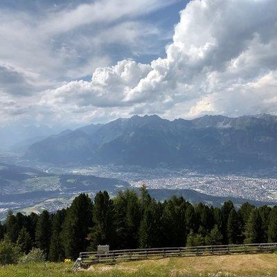 Innsbruck liegt im Sonnenschimmer und die Berge, ewig jung, türmen stolz sich auf gen Norden
